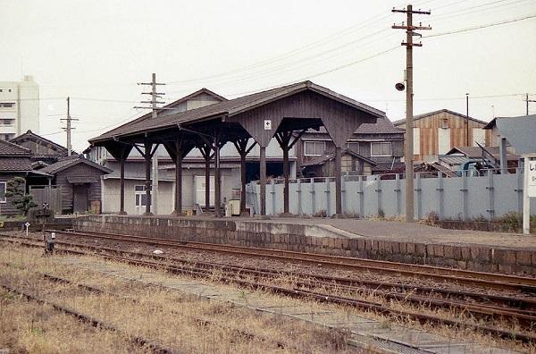 1024px-JNR_Shikama-Koh_station_1986-003.jpg
