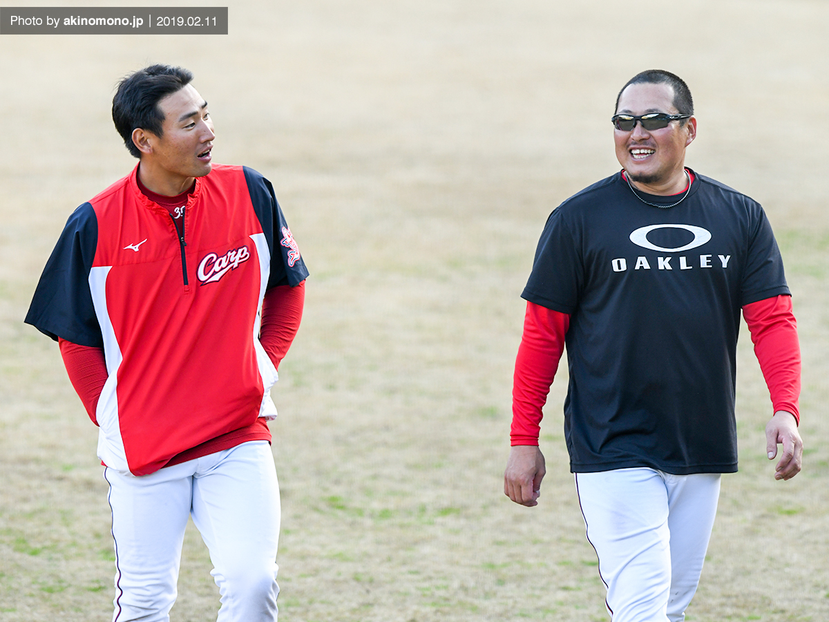 松山選手と談笑する下水流選手