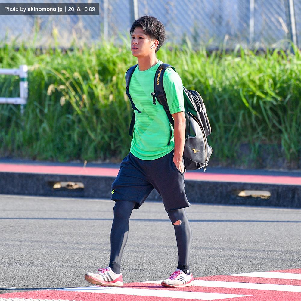 徒歩で球場入りする曽根海成選手