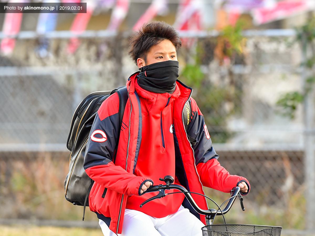 自転車で球場入りする曽根海成選手