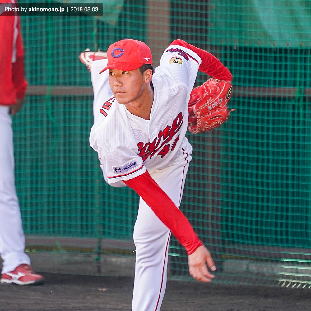投球練習中の山口翔投手(2018年)