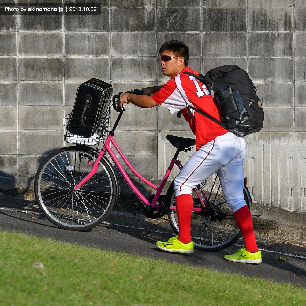 自転車で球場入りする木村聡司選手