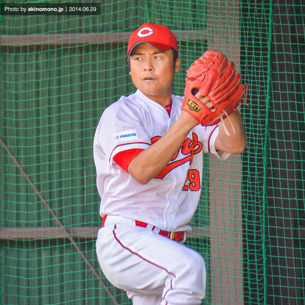 投球練習中の江草仁貴投手(2014年)