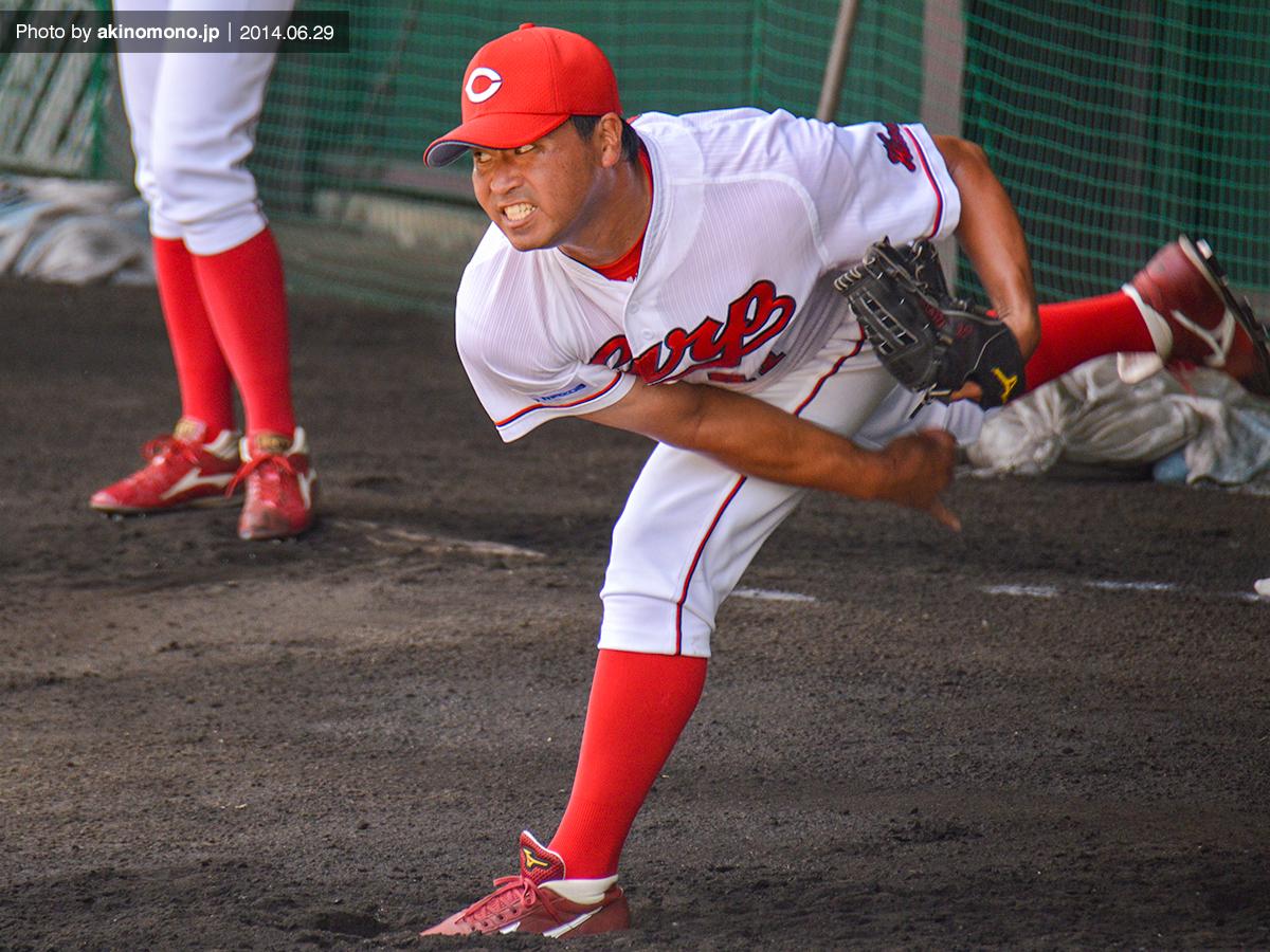 投球練習中の上野弘文投手(2014年)