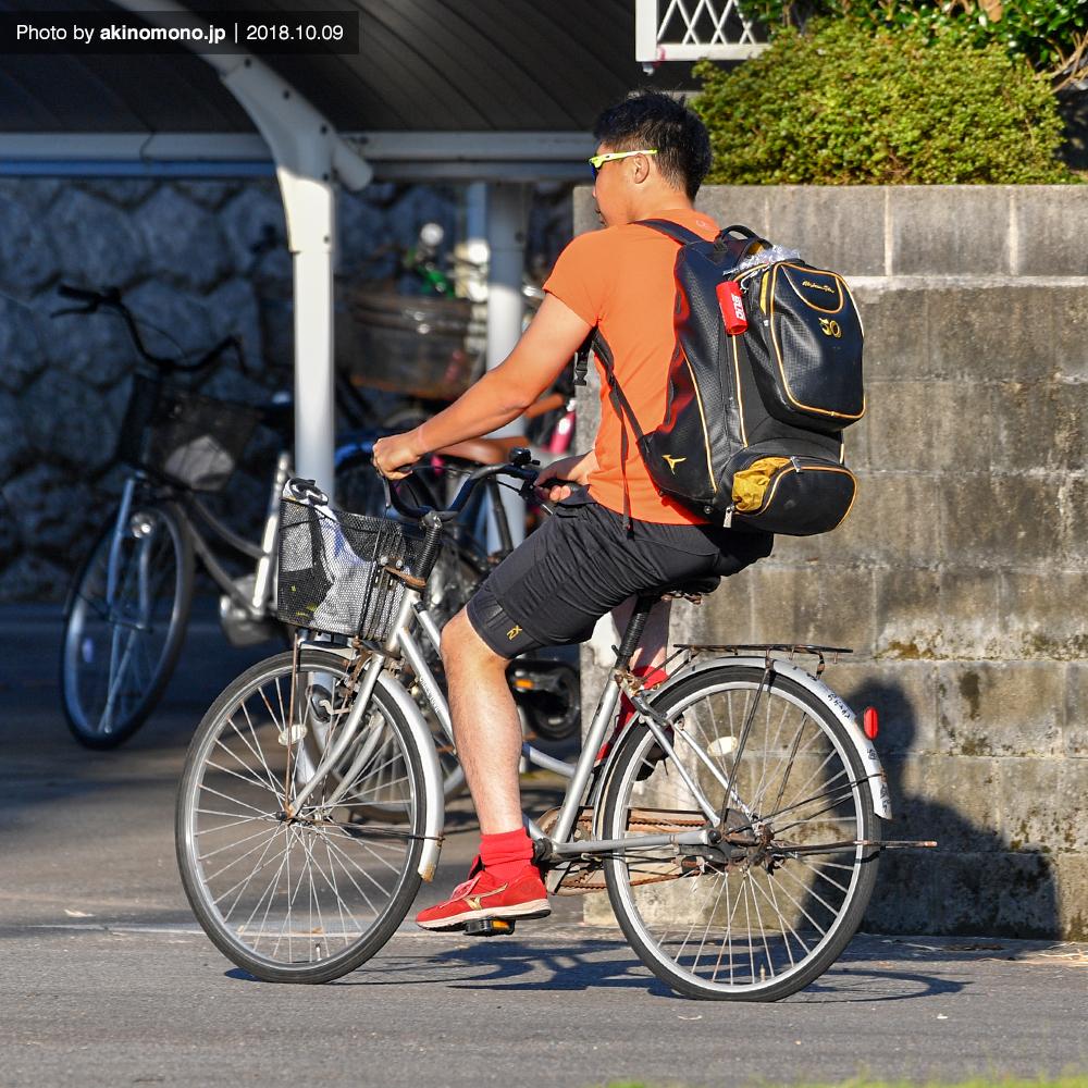 自転車で球場入りする高橋大樹選手
