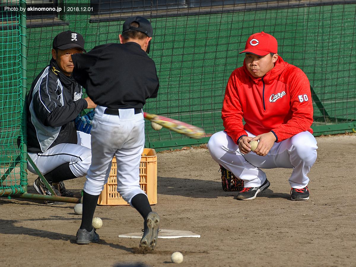野球教室で指導を行う高橋大樹選手