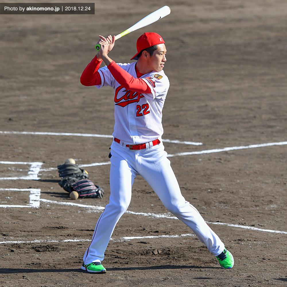 野球教室で指導を行う中村奨成選手(2018)
