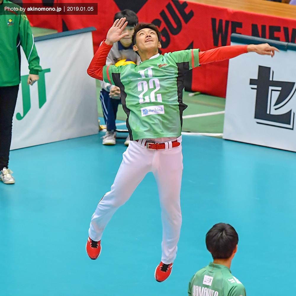 始球式を行う中村奨成選手(2019)