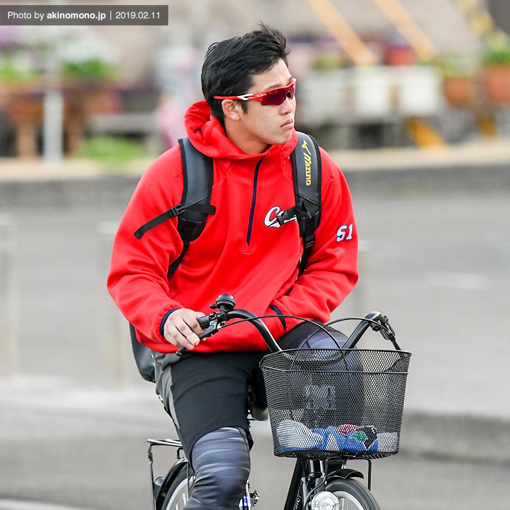 自転車で帰宿する小園海斗選手