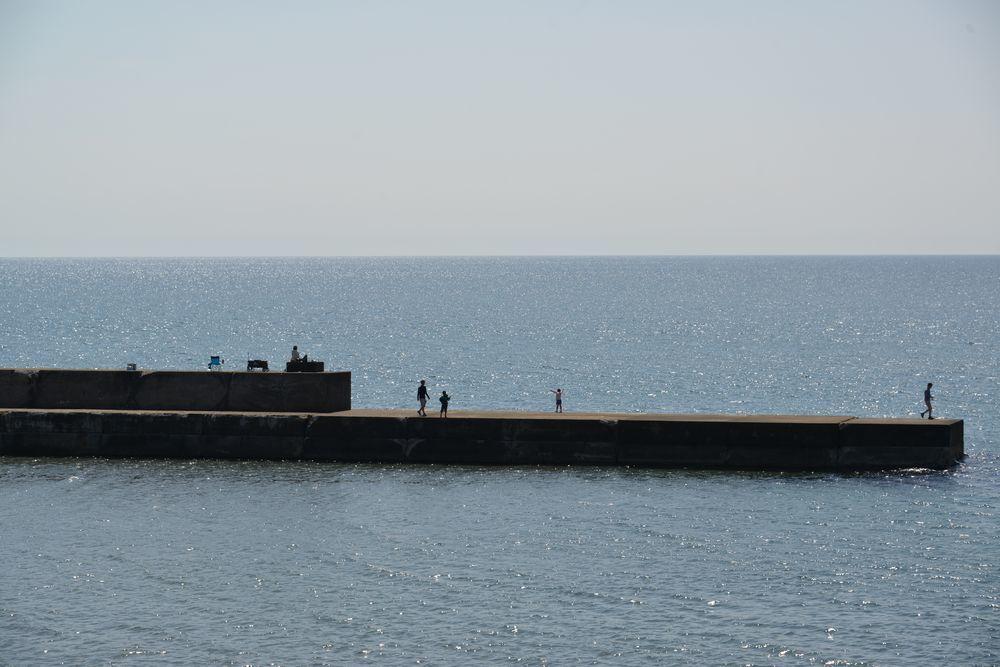 突堤の釣り人たち-1