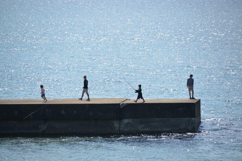 突堤の釣り人たち-3