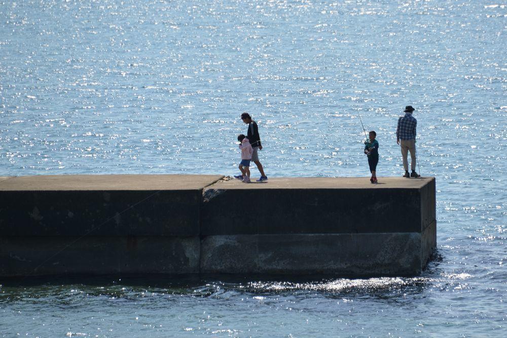 突堤の釣り人たち-4
