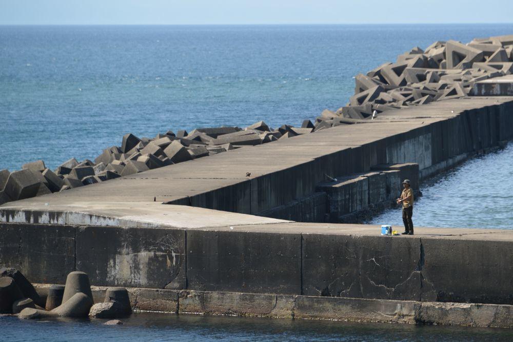 突堤の釣り人たち-5