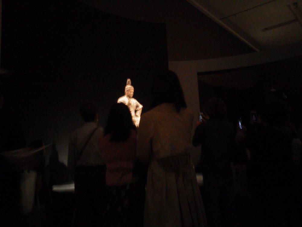 F1000133国立博物館4月19日東寺展 帝釈天騎象像車いす目線