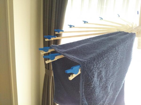 タオルをパラソルハンガーにかけて干す イメージ画として