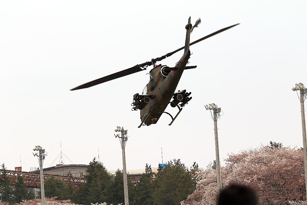 AH-1Sヘリの帰投_15