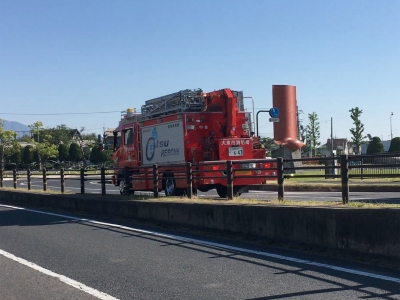 びわ湖大橋米プラザへ向かう消防車両