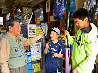 平成の終わりとともに店をたたむ決心をした中原釣具店の店主中原順也さん(左)