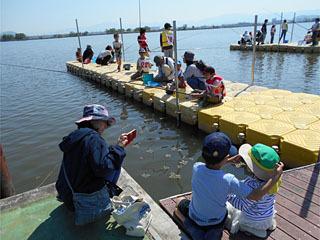 伊庭内湖の能登川水車とカヌーランドで開催された駆除大会の様子