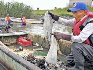 赤野井湾で5月に行われたプラスチックゴミ調査の様子