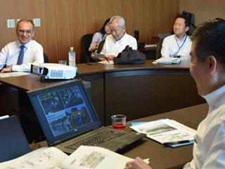 三日月滋賀県知事と会談するパヴァン・スクデフWWFインターナショナル総裁
