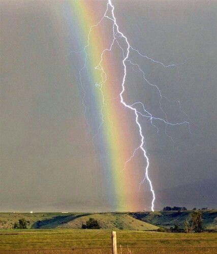 虹と稲妻が並んで