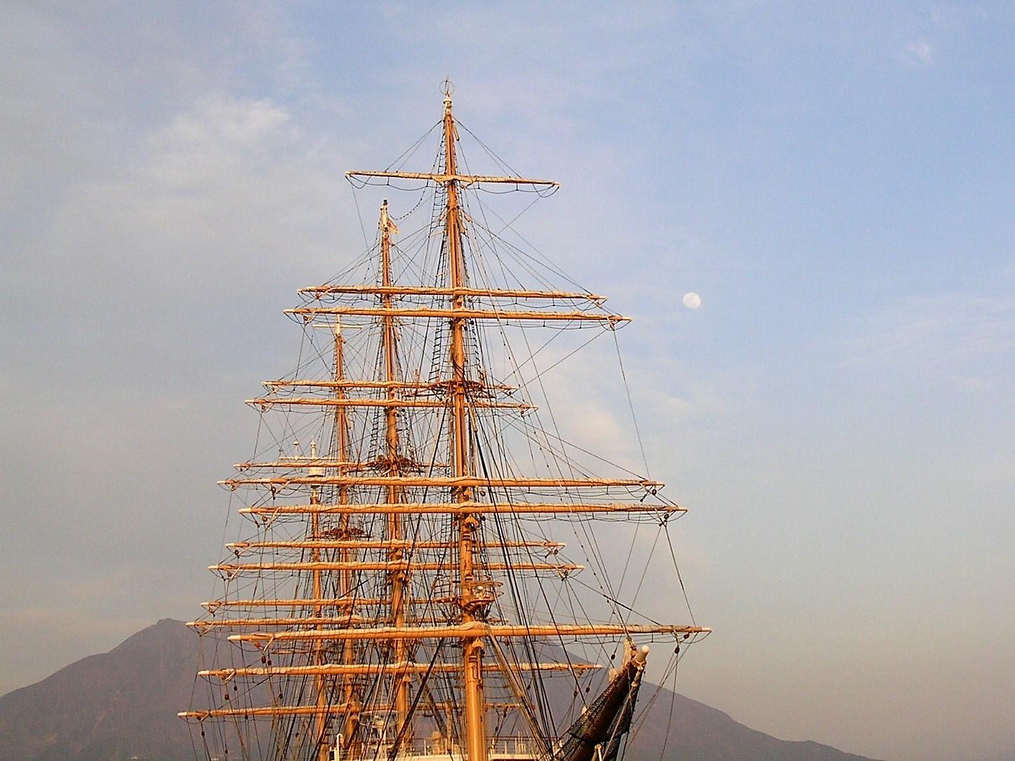 海王丸 桜島を背景に