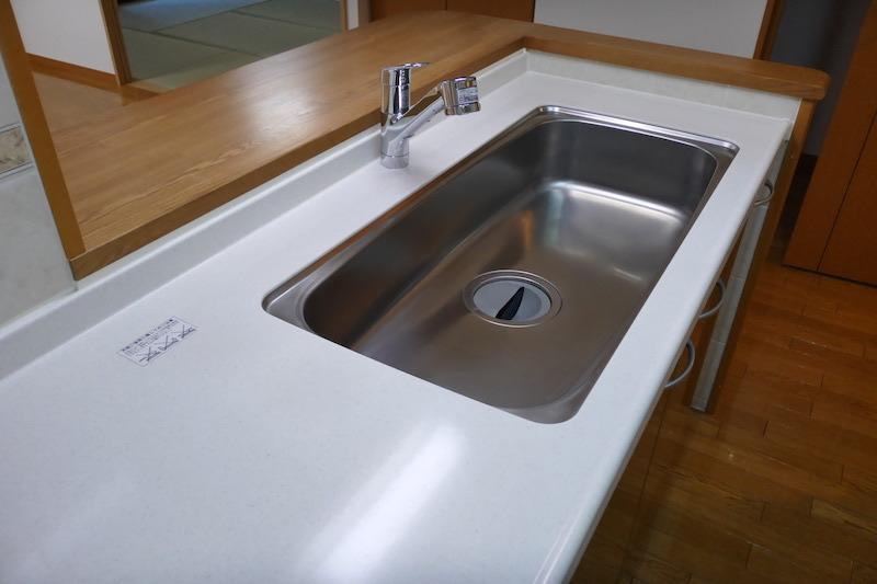 ステンレスシンク磨き・再生研磨とキッチン天板人工大理石磨き・再生研磨後1