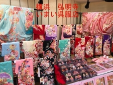 七五三の7歳の着物売り場です。水色や赤い絞りの着物などたくさん展示している画像です。横浜いまい呉服店