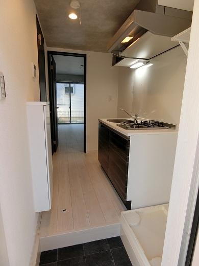 尻手新築アパート102号室玄関から