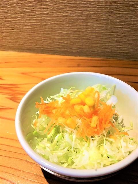 肉屋食堂 チェリークリームチーズバーガー サラダ