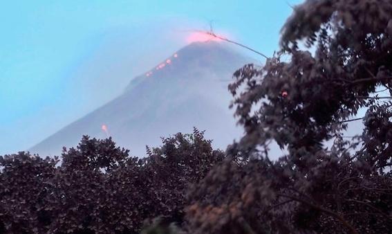 グアテマラフエゴ山が噴火