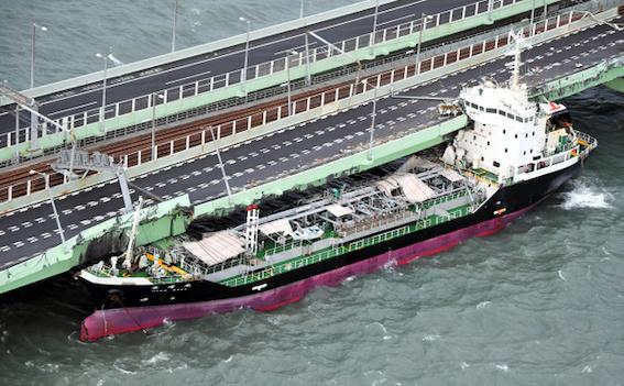 関西国際空港が浸水で運休、連絡橋にタンカー激突