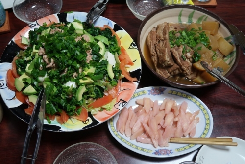 スペアリブと大根の煮物、豆腐とほうれん草とツナとアボカドのサラダ、岩下の新生姜