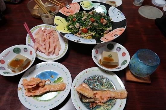 甘塩鮭、金ゴマ豆腐、ほうれん草と豚バラ炒めトマトとコーン入り、岩下の新生姜