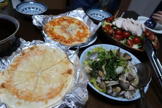 娘ご飯 ピザ、アサリと春キャベツのアヒージョ、トリハムサラダ