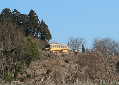 山の上のボンネットバス
