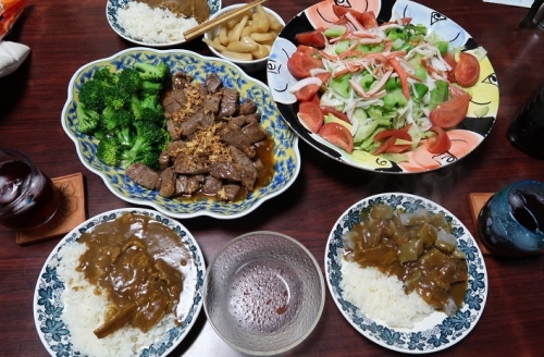 カレー、サイコロステーキ&ブロッコリー、サラダ