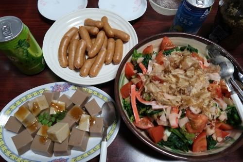 胡桃豆腐と金ゴマ豆腐、枝豆豆腐とほうれん草とトマトのサラダ、ボイルドソーセージ