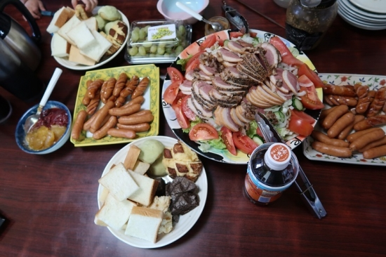 合鴨燻製サラダ、ソーセージ、メロンパン、金谷ホテル食パン