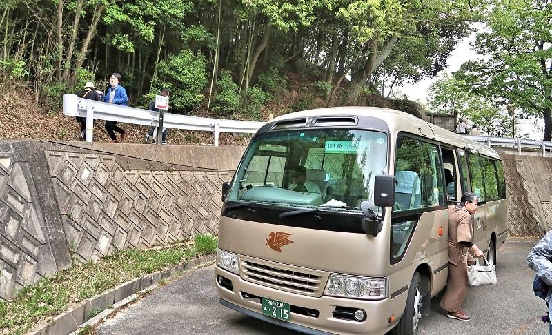 摩訶衍寺に到着したシャトルバス