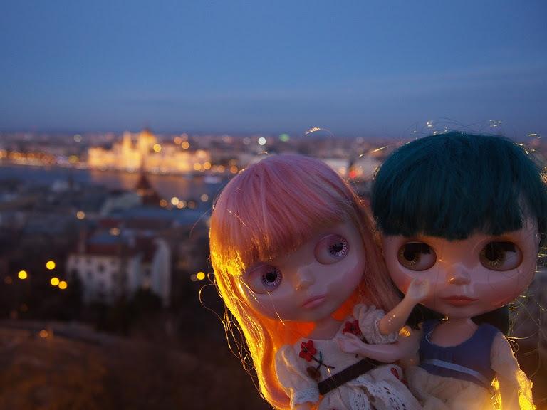 王宮遠景と二人