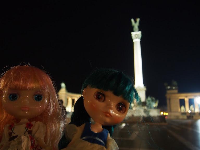 英雄広場の二人