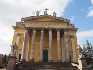 エゲル大聖堂正面