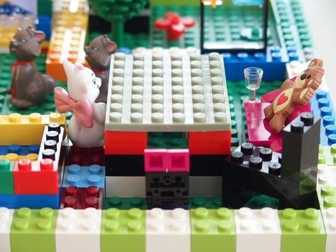 レゴで遊ぶ小学生