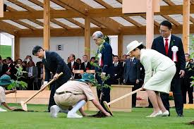 nnn「第70回 植樹祭」で苗木を植えられる天皇皇后両陛下
