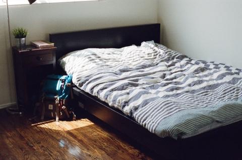 子供部屋おじさんって自分の部屋あるだけリッチなんだよな。俺なんて雑魚寝だぞ。