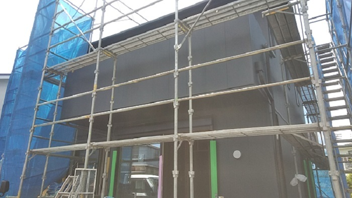 ガルバニウムサイディングのブラックの外壁です。
