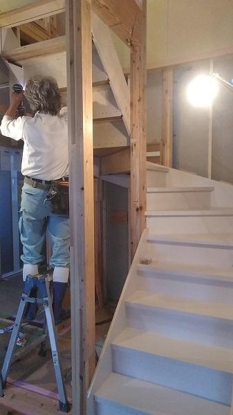 大工さんが階段を施工しています。