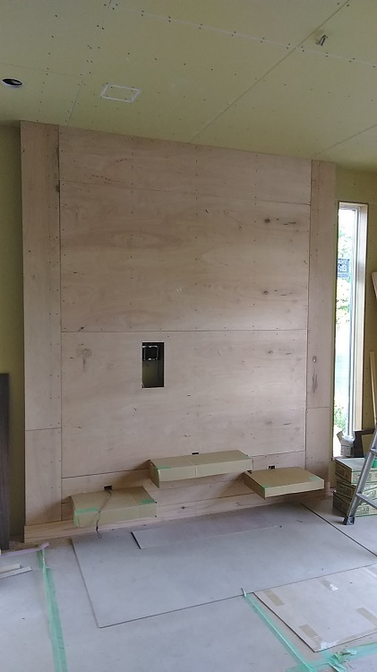 壁掛けテレビの下地です。大きなテレビが付いても平気なようがっちり組みました。下の三段のカウンターにデッキなどが乗せられます。